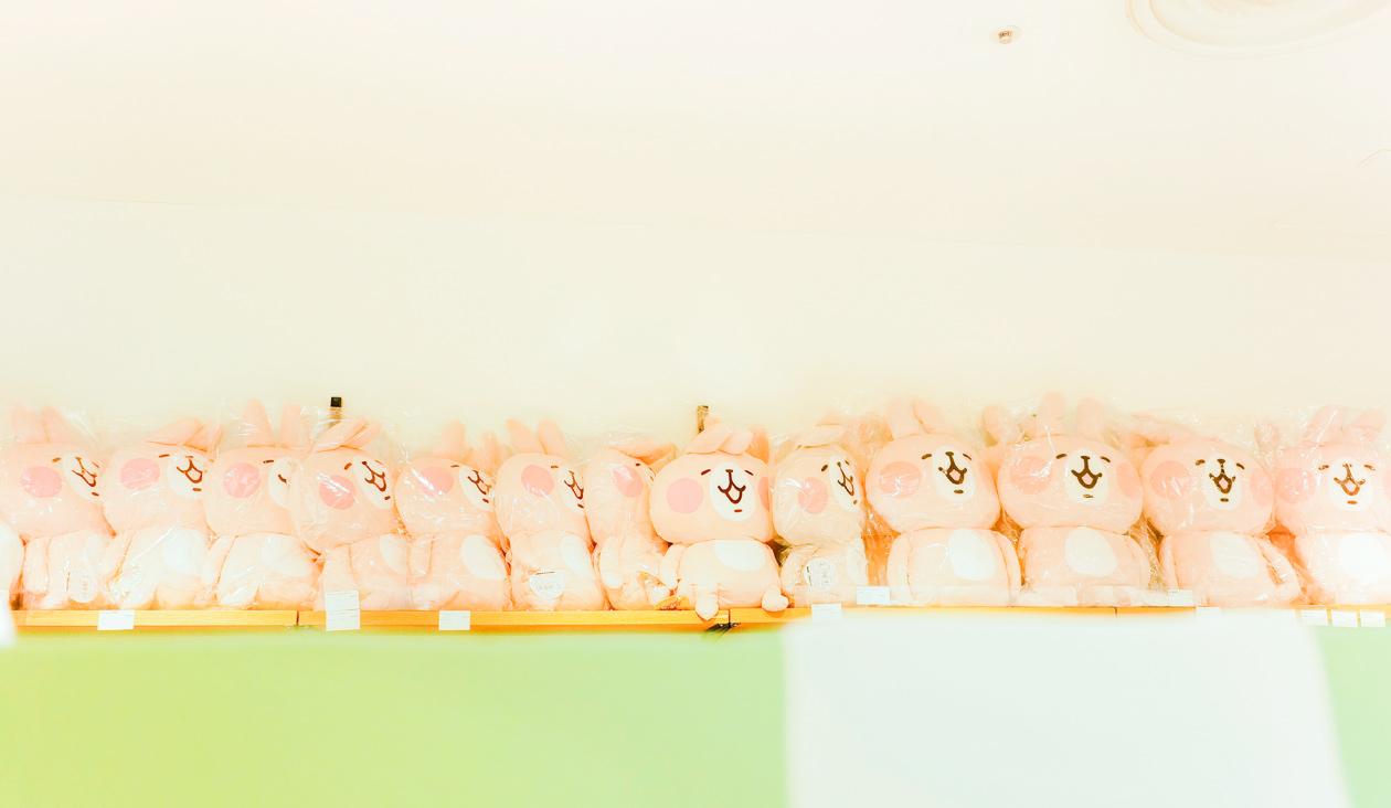 【カナヘイのゆるっとカフェ ~ グルメレポート篇 ~】グッズコーナーの天井はうさちゃんがいっぱい