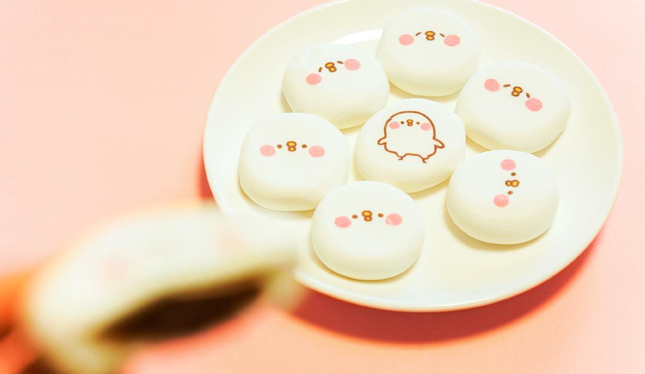 【カナヘイのゆるっとカフェ ~ お土産篇 ~】カナヘイの小動物 にてるマシュマロ(お皿に盛ってみた)大福みたい、中はチョコレート入り。