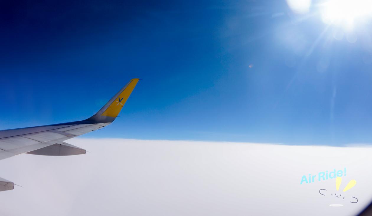 【写真でわくわく冬のバニラエア上空】朝のフライト上空1万メートルフィート(青森県下北半島)。真っ青な空と雲の絨毯。