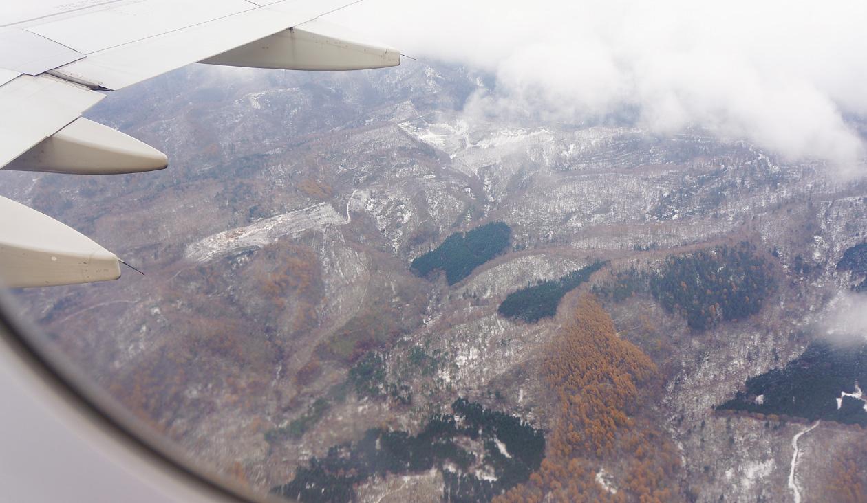 【写真でわくわく冬のバニラエア上空】まるでジオラマを作ってるような北海道の山景色が広がる