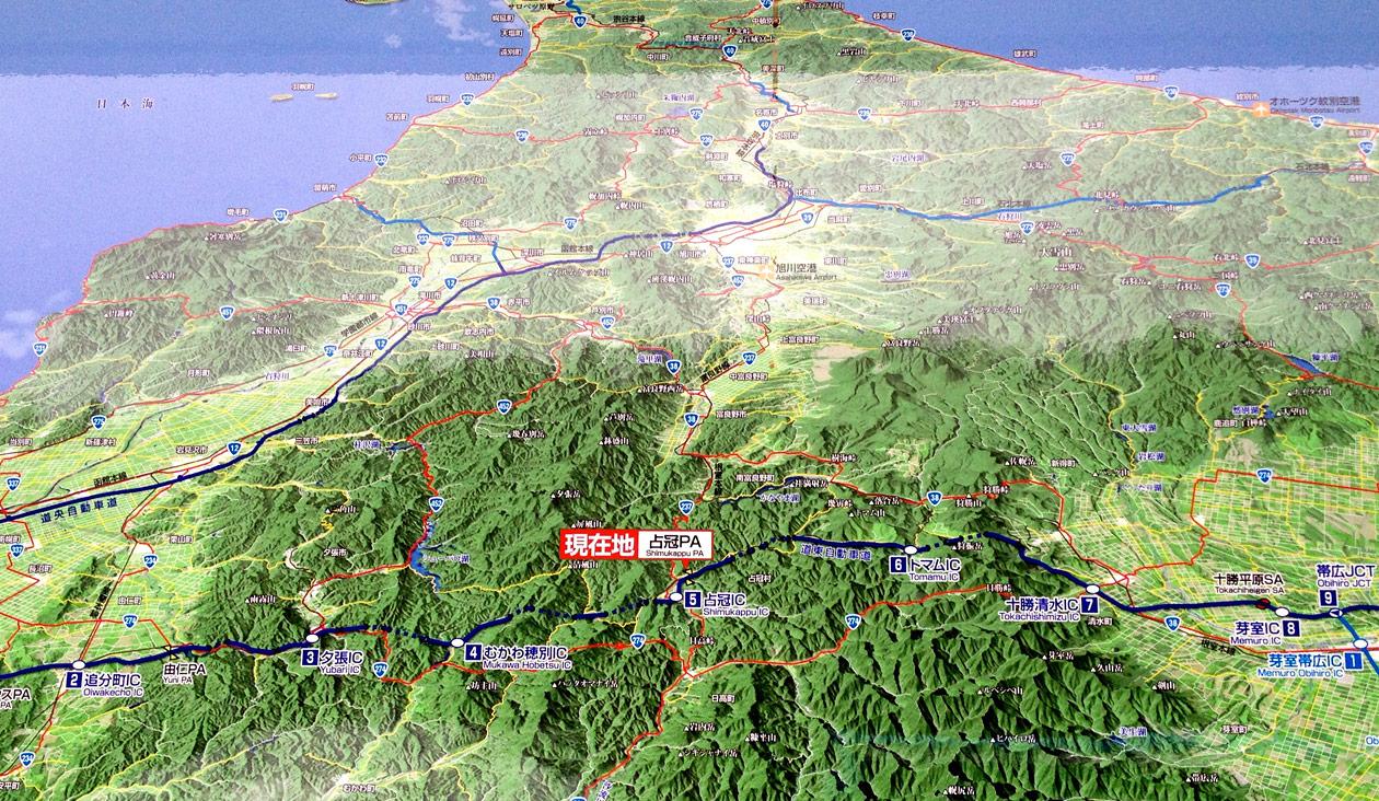 【とかちミルキーライナーの車窓から】占冠PA(パーキング)でトイレ休憩。地図上では北海道の真ん中あたりにきました!