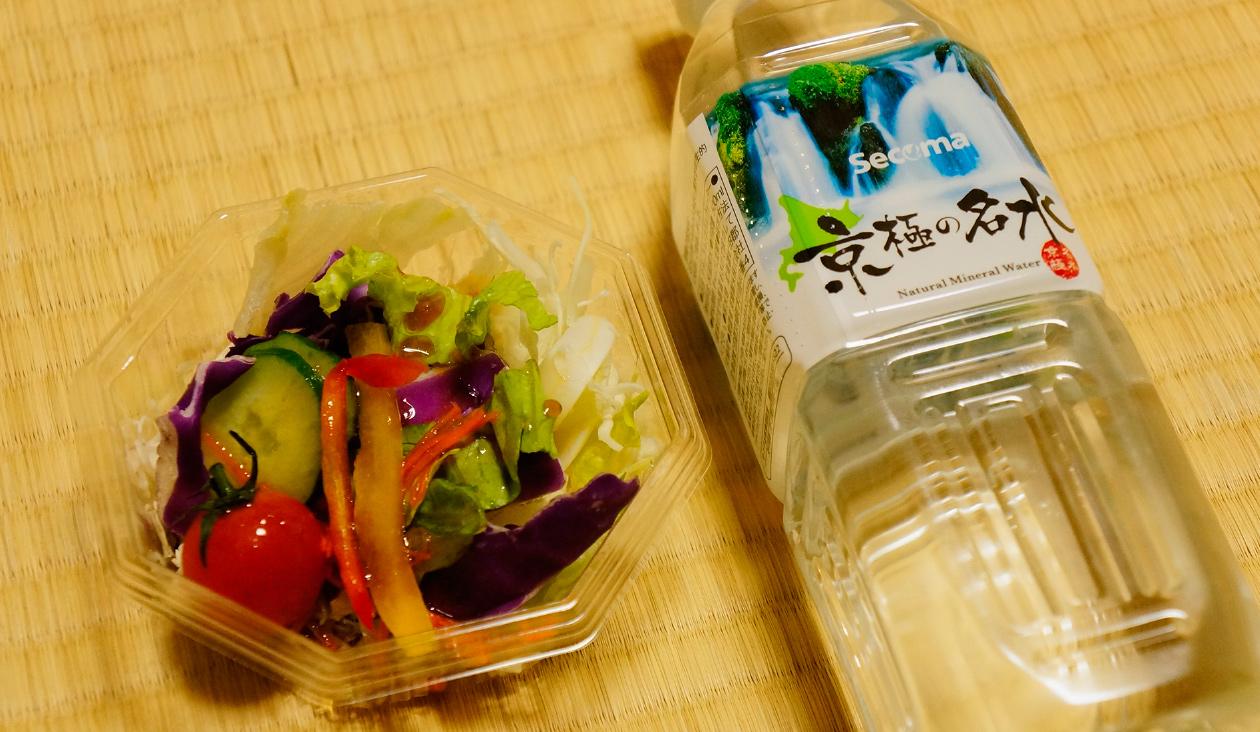 【セイコーマートでご当地コンビニグルメ】炭水化物とチキンだけじゃ栄養かたよっちゃうね。プチフレッシュサラダとお水もいただきま~す。