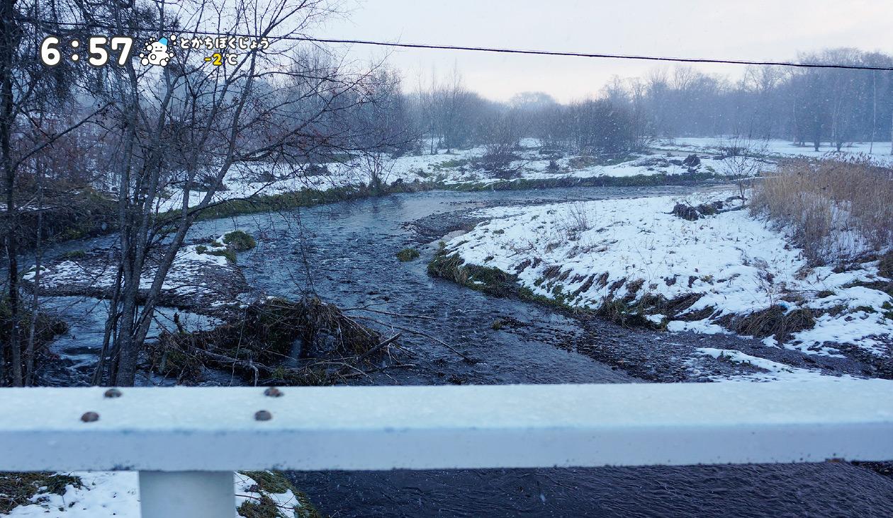 【冬の十勝牧場展望台へ徒歩でウォーキング】(6:57)吹雪・悪天候な天気と朝・道アスファルトじゃなくて、砂利道バリバリ凍結してるなう