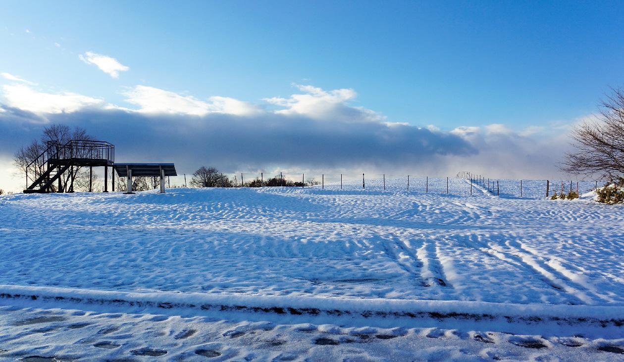 【雪原と紅葉広がる十勝牧場展望台】展望台看板から左側。雪がいっぱいだお~☃☃☃☃☃ 近くに仮設トイレが2つあります。