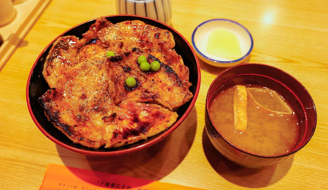 【帯広駅で食べる豚丼といえば(ぶたはげ)】豚が四枚のった帯広名物 豚丼(920円)。850℃の高温で網焼きされているみたい!