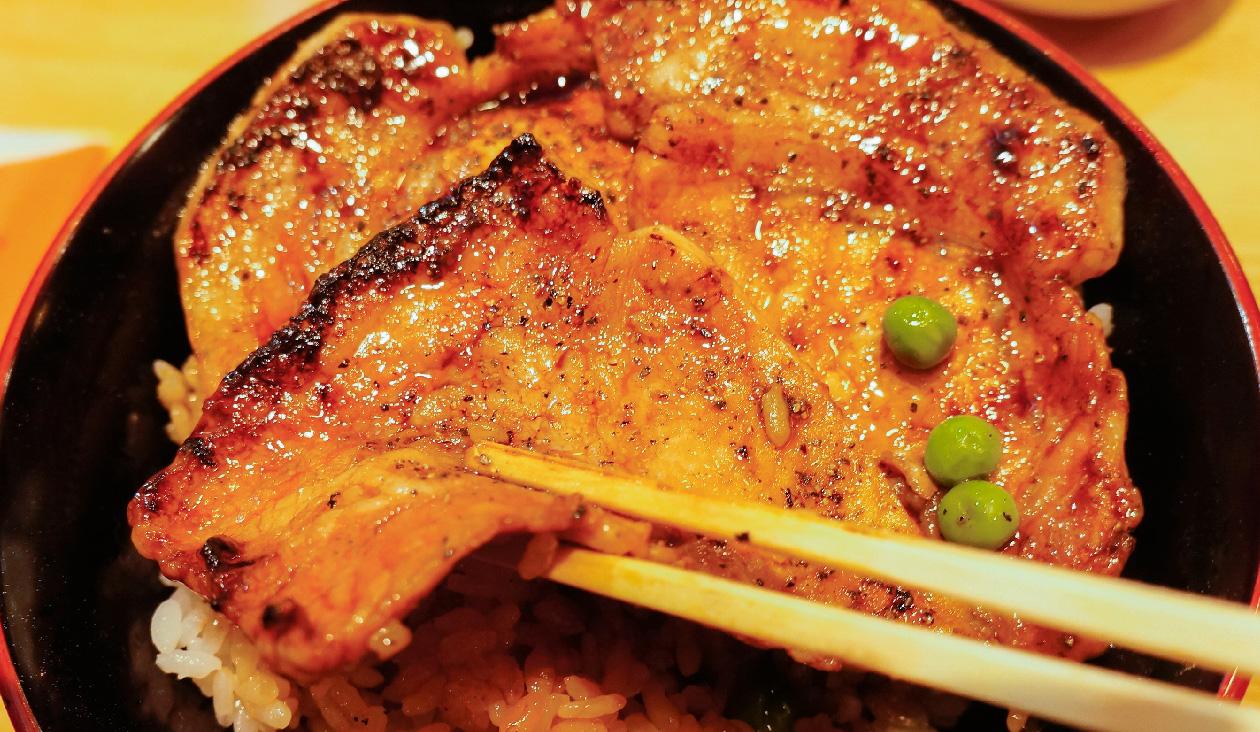 【帯広駅で食べる豚丼といえば(ぶたはげ)】豚が四枚のった帯広名物 豚丼(920円)。豚肉1枚が大きいです。タレは甘いとか辛いとかのクセがなく自然な感じでお口の中でなじんで食べていました。お肉が柔らかくてとっても美味しかった~。