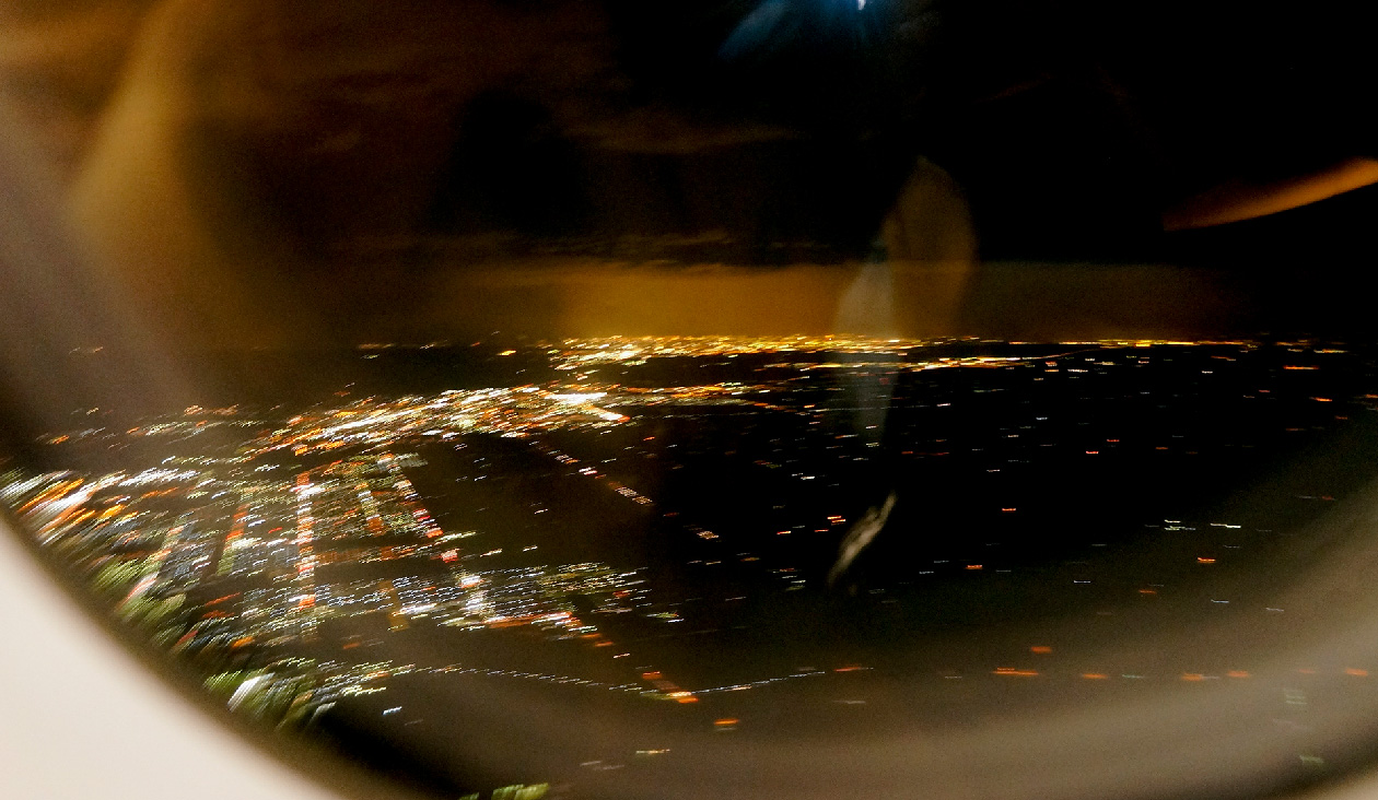 (18:27)お土産買ったので関東へ帰るぞ~。あわてて撮った北海道の夜景。さらば北海道~